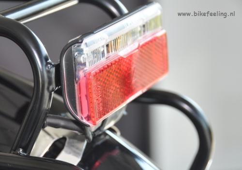 De bekabeling van het achterlicht gaat bij Idworx buitenom en door de bagagedrager naar het achterlicht