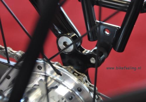 Deelbaar achterpad  waardoor de rechter liggende en staande achtervork ver genoeg uit elkaar gedrukt worden om een tandriem door het frame te voeren.