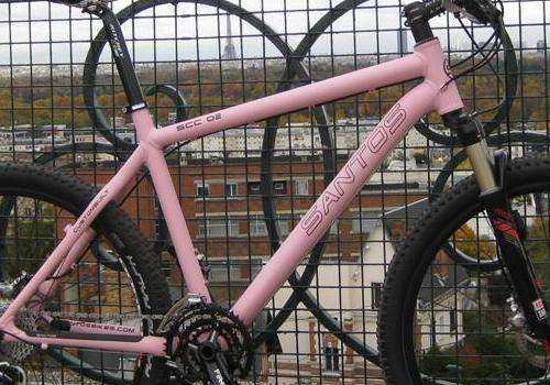 Een roze Santos fiets met paarse letters, het kan..........